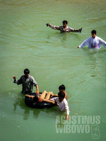 3.Tubuh pemuda sudah membiru saat ditemukan dari dasar sungai (AGUSTINUS WIBOWO)