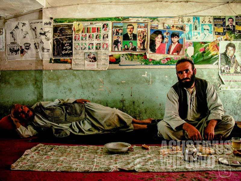 6.Foto-foto yang menghiasi dinding kedai teh memberi gambaran tentang warga yang tinggal di daerah itu. Di sini, foto yang terpampang adalah Najib sang presiden komunis. (AGUSTINUS WIBOWO)