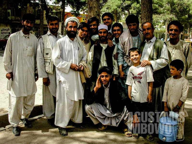 1.Para pemohon visa Iran sempat berpose dulu sambil mengantre (AGUSTINUS WIBOWO)