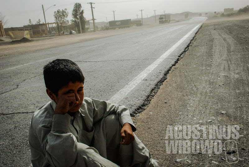 1.Bocah Afghan menunggu tumpangan (AGUSTINUS WIBOWO)