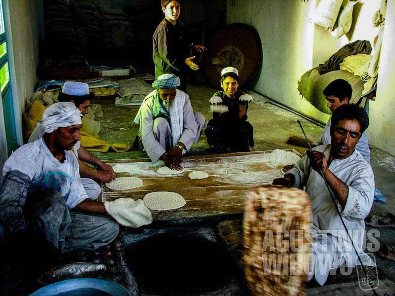 3.Sibuknya bikin roti di pagi hari (AGUSTINUS WIBOWO)