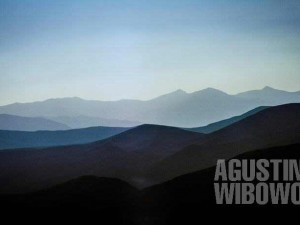 1.Menghadapi masalah di tengah samudra pegunungan (AGUSTINUS WIBOWO)
