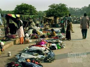 Pasar jalanan di sudut kota Delhi. (AGUSTINUS WIBOWO)