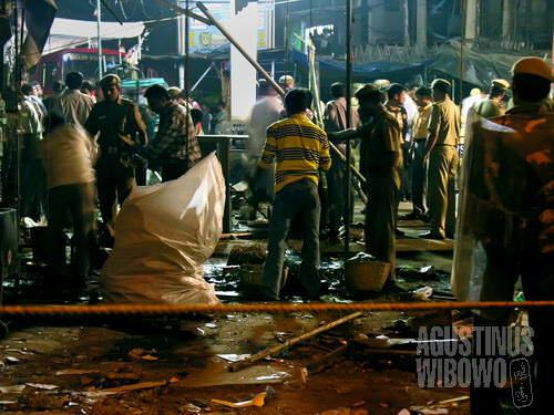 Ledakan dahsyat di Paharganj meluluhlantakkan pasar yang selalu ramai ini. (AGUSTINUS WIBOWO)