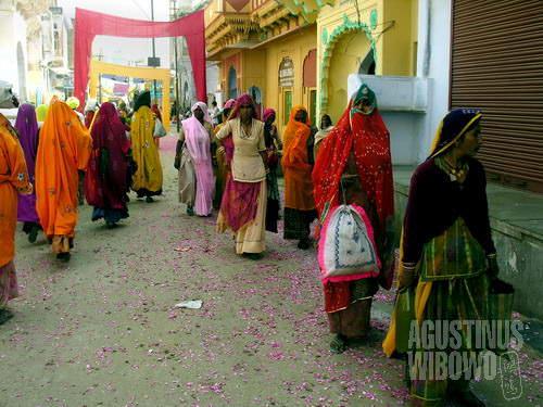 Jalanan Pushkar yang penuh dengan warna. (AGUSTINUS WIBOWO)