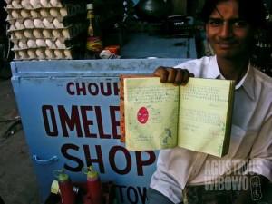 Buku testimonial adalah senjata ampuh warung-warung omelet untuk menarik pelanggan. (AGUSTINUS WIBOWO)