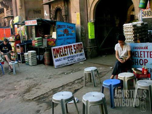 Di pintu gerbang Menara Jam Jodhpur, persaingan omelet semakin menggila.(AGUSTINUS WIBOWO)