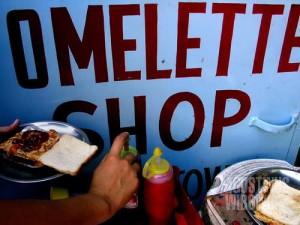 Bahkan warung omelet kaki lima di pinggir jalan pun masuk Lonely Planet (AGUSTINUS WIBOWO)