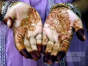 Tangan berhias henna. (AGUSTINUS WIBOWO)