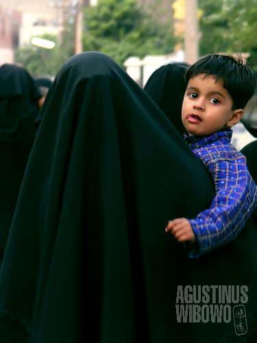 Berangkat dari rumah dalam balutan burqa hitam (AGUSTINUS WIBOWO)