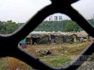 Pemukiman kumuh bertumbuh bersama metropolis modern (AGUSTINUS WIBOWO)