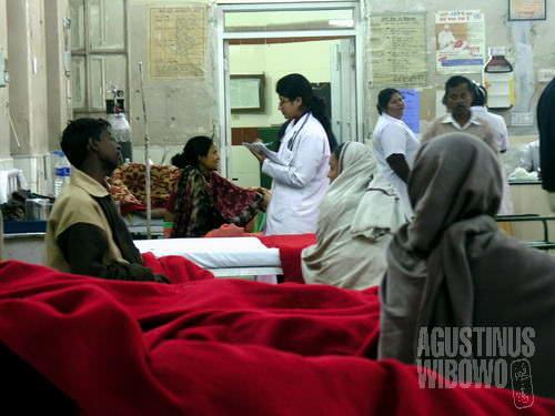 Dokter wanita memeriksa pasien yang diopname (AGUSTINUS WIBOWO)