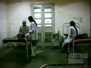 Mahasiswi kedokteran menempuh ujian praktek (AGUSTINUS WIBOWO)