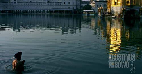 Mencelupkan diri dalam air danau suci (AGUSTINUS WIBOWO)