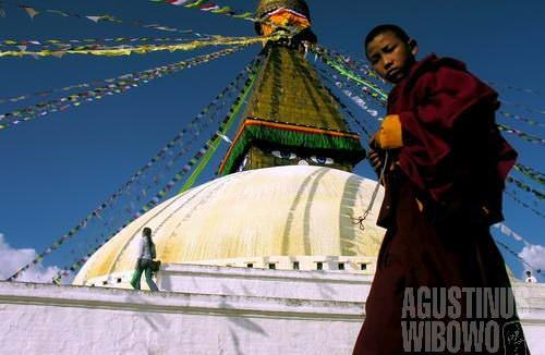 Biksu Tibet mengitari Boudha. (AGUSTINUS WIBOWO)