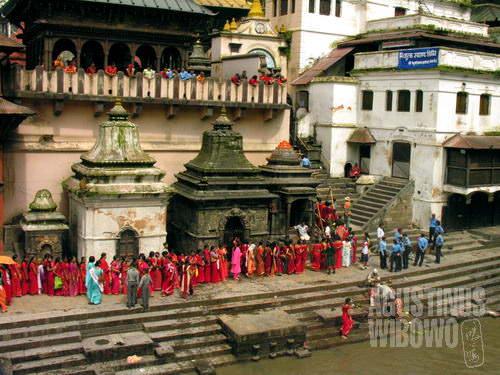 Kuil Pashupatinath dibanjiri kaum perempuan (AGUSTINUS WIBOWO)