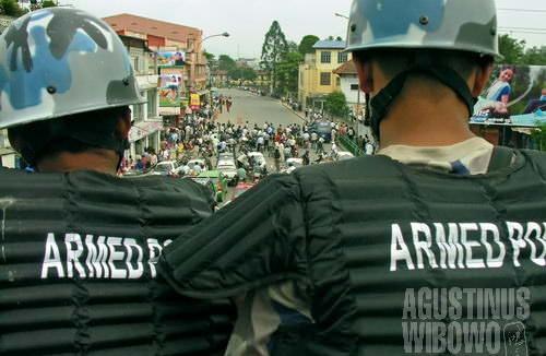 Polisi beresenjata mengawasi jalannya demonstrasi akbar di dekat Ratna Park. (AGUSTINUS WIBOWO)