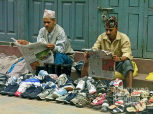 Bahkan pedagang sepatu pinggir jalan pun mengikuti perkembangan negara. (AGUSTINUS WIBOWO)