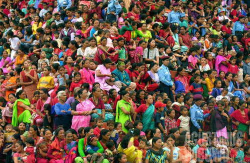 Ratusan perempuan Nepal berkumpul untuk menyaksikan Raja dan Sang Dewi Hidup. (AGUSTINUS WIBOWO)