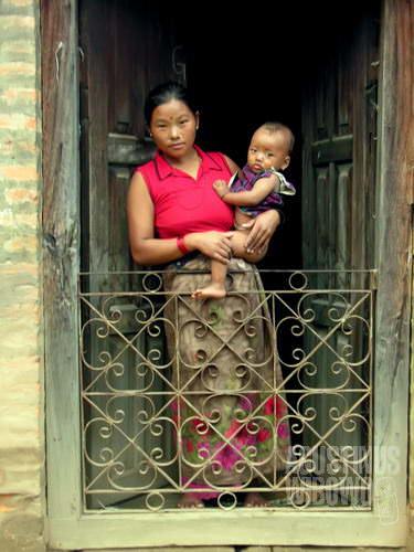 Seorang perempuan Gorkha dan bayinya. (AGUSTINUS WIBOWO)