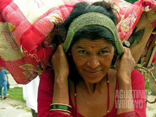 Perempuan Gorkha dengan beban berat di kepala (AGUSTINUS WIBOWO)