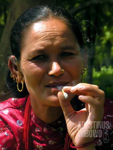 Perempuan desa pun merokok. (AGUSTINUS WIBOWO)