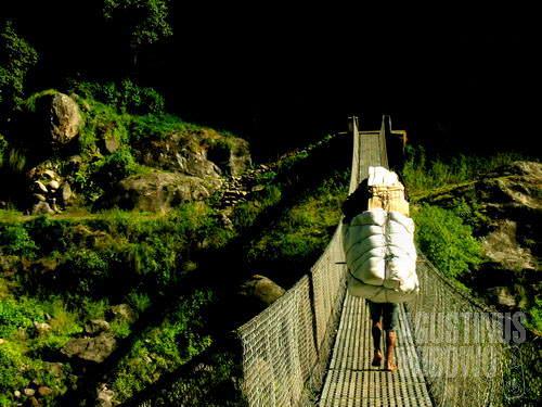 Jembatan gantung. (AGUSTINUS WIBOWO)