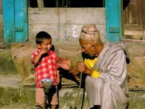 Kakek dan cucunya di Bahundanda. (AGUSTINUS WIBOWO)