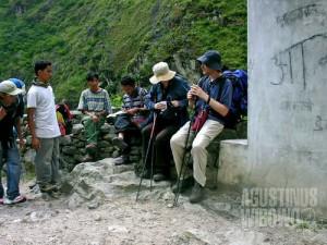 Rombongan turis membayar 'uang sumbangan' bagi perjuangan gerilyawan Maois. (AGUSTINUS WIBOWO)