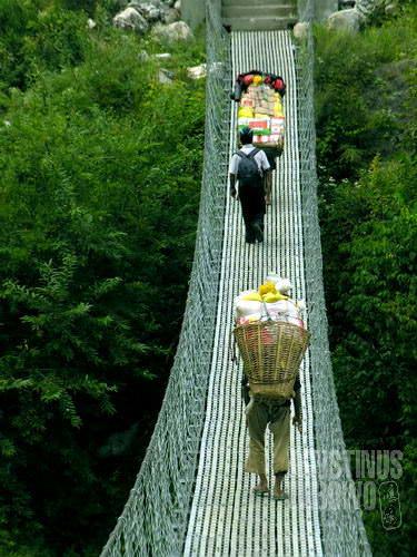 Jembatan gantung, setiap potongan logam di sini diangkut dari bawah gunung. (AGUSTINUS WIBOWO)