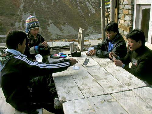 Para porter bermain kartu mengisi senja yang dingin. (AGUSTINUS WIBOWO)