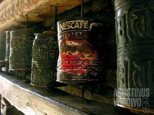 Tiada rotan akar pun jadi - kaleng bekas pun bisa menjadi silinder roda doa. (AGUSTINUS WIBOWO)