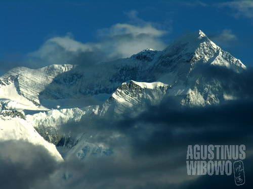 Manusia sungguh tak ada artinya di hadapan gunung-gunung perkasa ini. (AGUSTINUS WIBOWO)