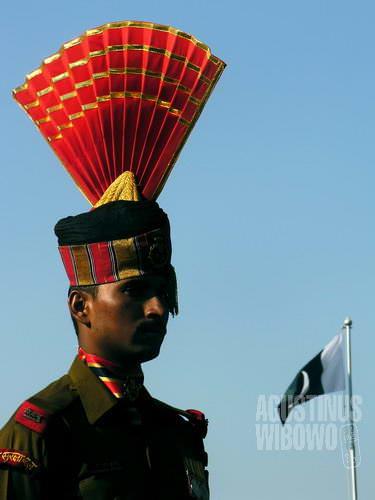 Tentara perbatasan India di seberang kibaran bendera Pakistan (AGUSTINUS WIBOWO)