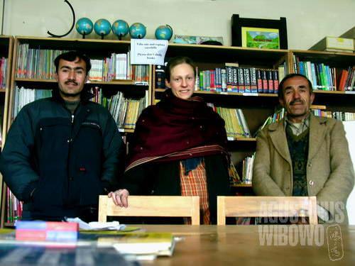 Alex dan rekan-rekannya di kantor HERP yang bertujuan meningkatkan taraf pendidikan di Hunza