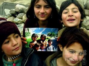 Gadis-gadis Sost dengan foto mereka yang saya ambil dua tahun sebelumnya. Dapatkah Anda mencocokkan perubahan wajah mereka? (AGUSTINUS WIBOWO)