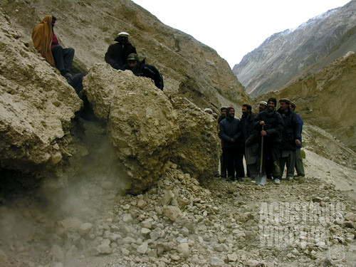 Longsor batu besar adalah kejadian sehari-hari di sini (AGUSTINUS WIBOWO)