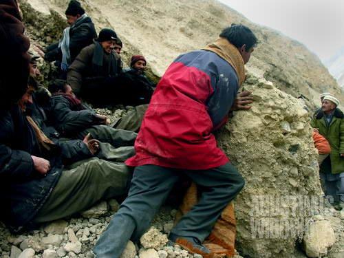 Bergotong royong menyingkirkan batu dari jalan (AGUSTINUS WIBOWO)