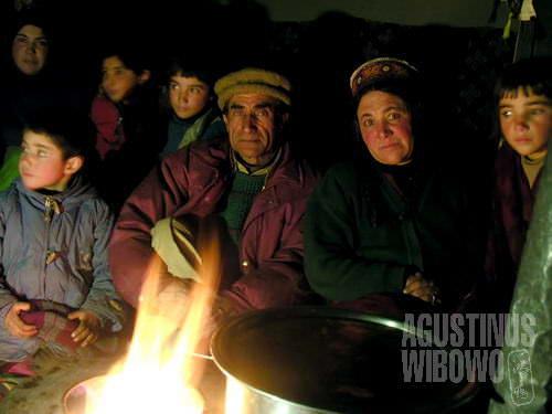 Keluarga besar dari Chapursan dalam rumah batu mereka (AGUSTINUS WIBOWO)