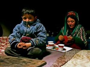 Ibu menyiapkan teh susu asin di pagi hari (AGUSTINUS WIBOWO)