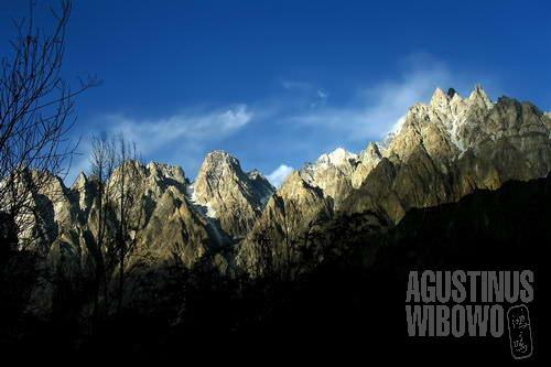 Puncak-puncak lancip pegunungan di Pasu  (AGUSTINUS WIBOWO)