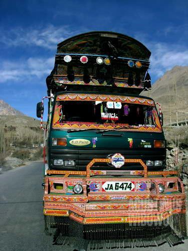 Truk Pakistan, karya seni berjalan (AGUSTINUS WIBOWO)