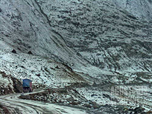 Truk melintasi pegunungan diselimuti salju dalam perjalanan menuju Karimabad (AGUSTINUS WIBOWO)
