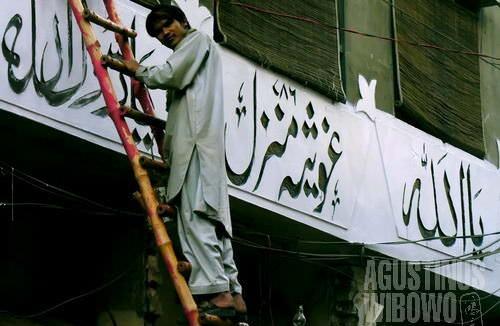 Urdu ditulis dengan huruf Arab bergaya Nastaliq yang cenderung vertikal ke bawah. Perhatikan pulah bentuk hamzah yang berbeda di akhir kata 'Allah' (AGUSTINUS WIBOWO)