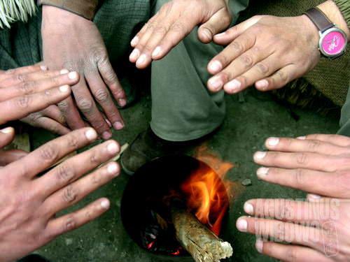 Menghangatkan diri di api unggun (AGUSTINUS WIBOWO)