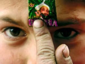 Bocah Karimabad dengan bungkus permen King Osama (AGUSTINUS WIBOWO)