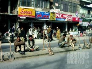 Para buruh harian menanti pekerjaan di Rajja Bazaar (AGUSTINUS WIBOWO)