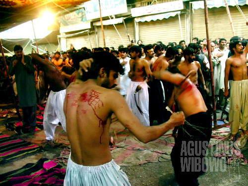 Darah terciprat dalam prosesi zanjirzani. (AGUSTINUS WIBOWO)