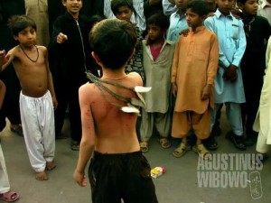 Bocah kecil yang sudah turut serta dalam prosesi berdarah ini (AGUSTINUS WIBOWO)