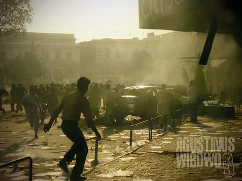 Saya terjebak di antara demonstran yang melempar batu dan polisi yang menyemprotkan gas air mata (AGUSTINUS WIBOWO)